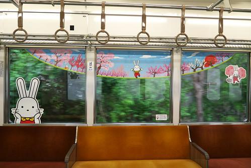 福島市の観光PRキャラクター「ももりん」と四季の沿線風景が描かれた車内
