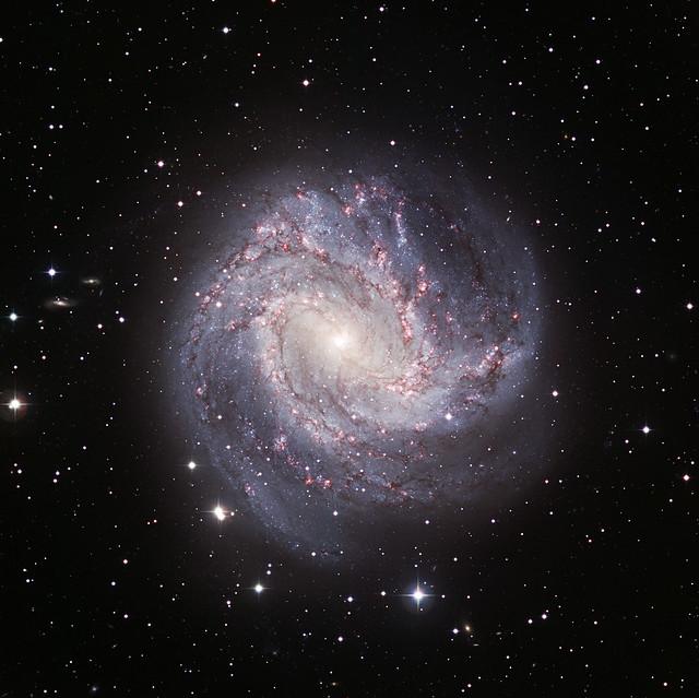 VCSE - Az M83 (Messier 83) az Európai Déli Obszervatórium (European Southern Observatory, ESO) Chilében lévő, 8 méteres Nagyon Nagy Távcsövével (Very Large Telescope, VLT) készült felvételén. A kép készítésének időpontja: 2005. A felvételhez B és R sávban, valamint H-alfában készült képeket használtak fel.