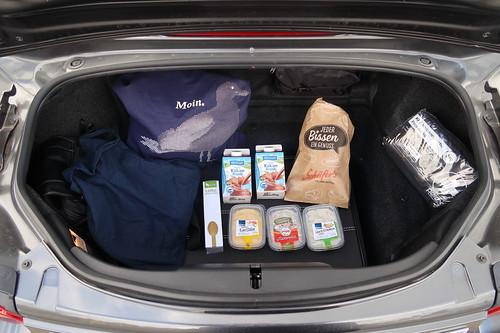 Im Edeka erworbene Zutaten für unseren Mittagsimbiss im Kofferraum des geliehenen Mazda MX-5