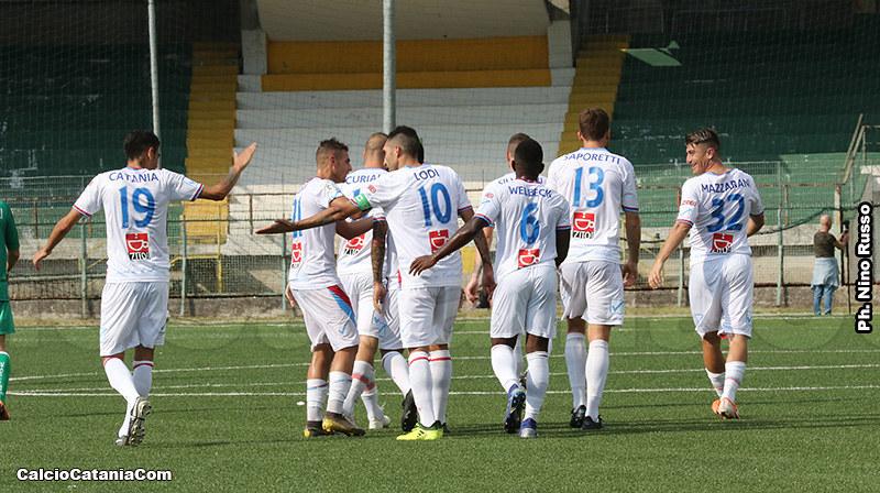 L'esultanza dei rossazzurri dopo il gol di Saretto...