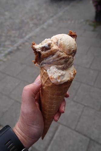 Eis auf die Hand (Tiramisu und Panna Cotta) von der Eisdiele in Bad Essen