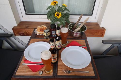 Gedeckter Tisch auf unserem Balkon