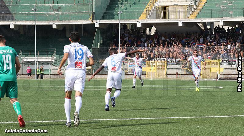 Lele Catania, con la maglia numero 19, in azione al