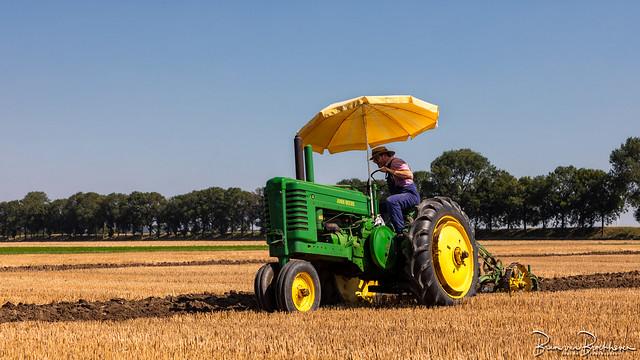 John Deere ploughing like in former days