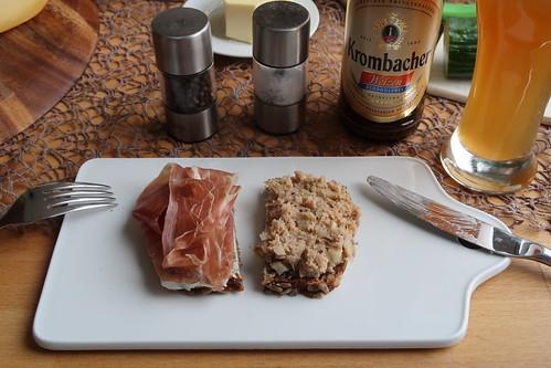 Bei der Pizza Zubereitung übrig gebliebenen Parmaschinken und Thunfischbelag auf Brot