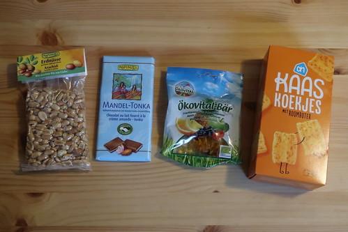 Bio-Erdnüsse, Vollmilchschokolade mit Mandel-Tonka-Geschmack, Fruchtgummi und Kaas Koekjes