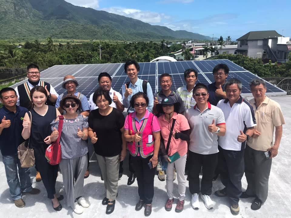 長濱鄉潘淑芳鄉長(前排左四)一同見證公益案場。圖片提供:台灣再生能源推動聯盟
