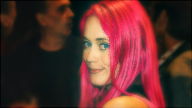 cheveux rouge rose