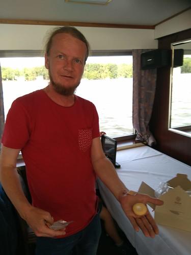 Maik verteilt Gebäck