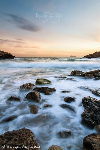 caladeltíoximo benidorm alicante costablanca le longexposure exposiciónprolongada sea mar mediterranean mediterráneo cove cala beach playa rocks rocas coast costa sunset atardecer puestadesol recesvintus