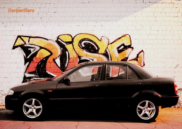 мазда на фоне графити