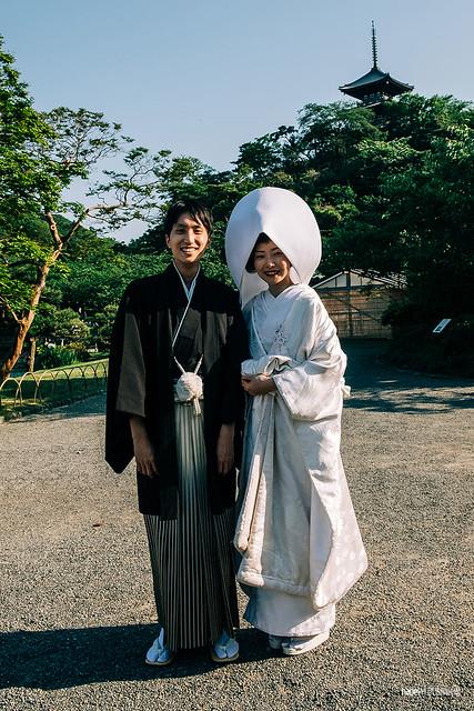 Bride and groom in the Sankei-en park