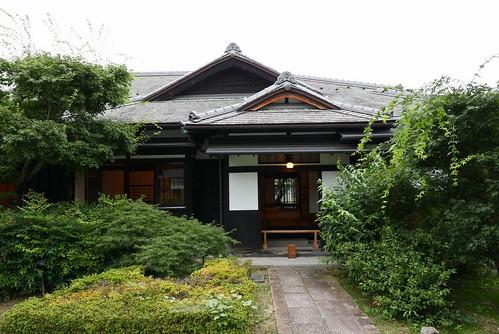 旧堀切邸 広い敷地には手湯足湯や休憩施設もあり。入館無料で9時から21時まで利用できる。
