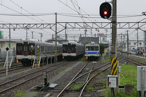 現在の1000系電車(左)と、引退した7000系電車(右)