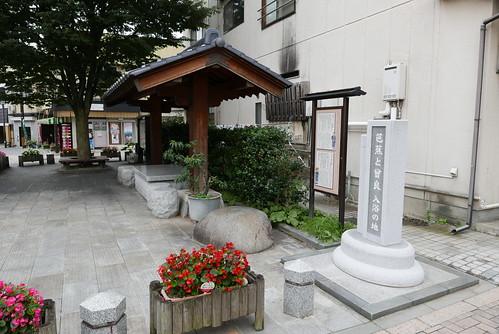 温泉街を散策しやすいようベンチや案内板が整備されている