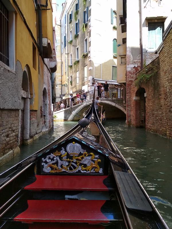 Венеция - Гондола заходит под мост