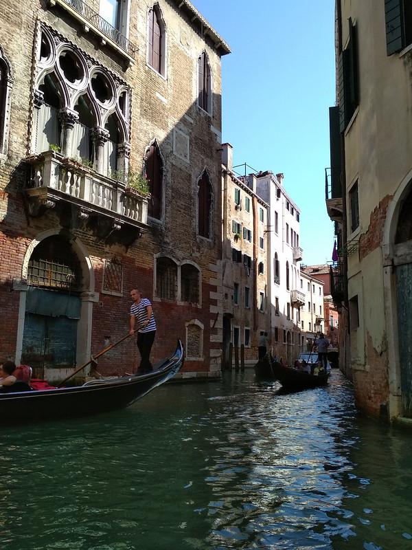 Венеция - Гондольеры в канале
