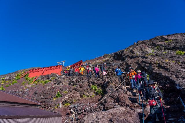 下山の登山者で渋滞