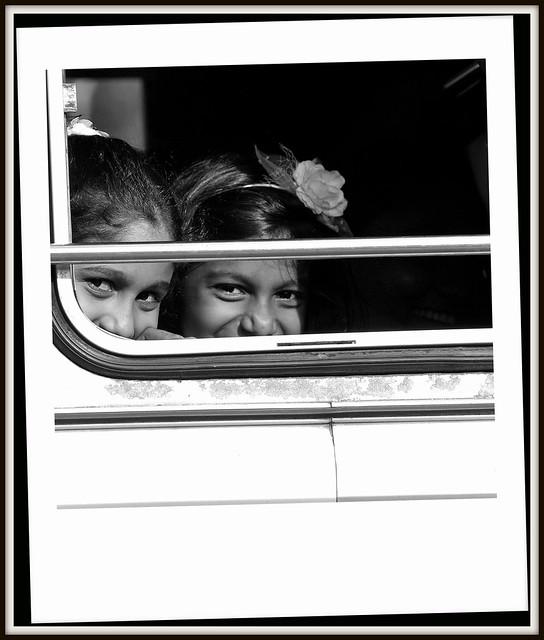 Deux fillettes du Sri Lanka etonnées d'etre photographiées. (Anuradhapura)