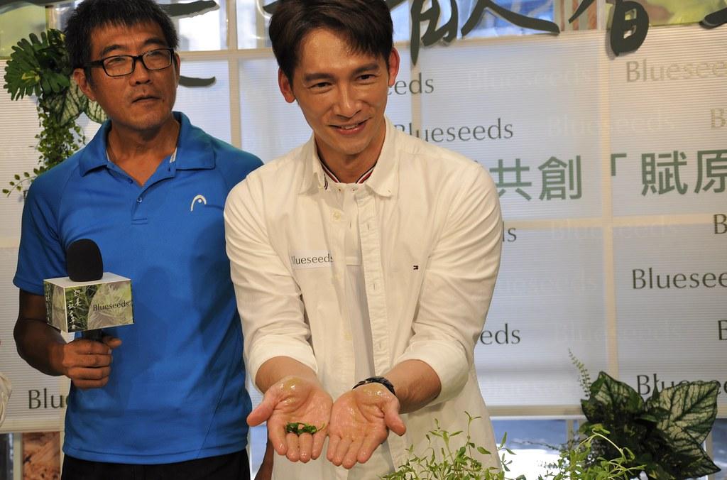 活動大使溫昇豪現場體驗搓揉肥皂草,表示潔淨又天然。孫文臨攝