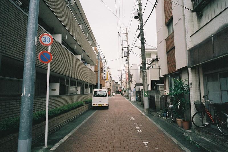 LLeica M2+Voigtlander COLOR SKOPAR 21mm F4+FUJIFILM SPERIA PREMIUM400偽 東京いい道しぶい道 西新井関原通り 関原通り終点から通りを振り返る