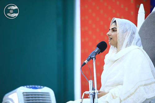 Satguru Mata Sudiksha Ji blessings the congregation