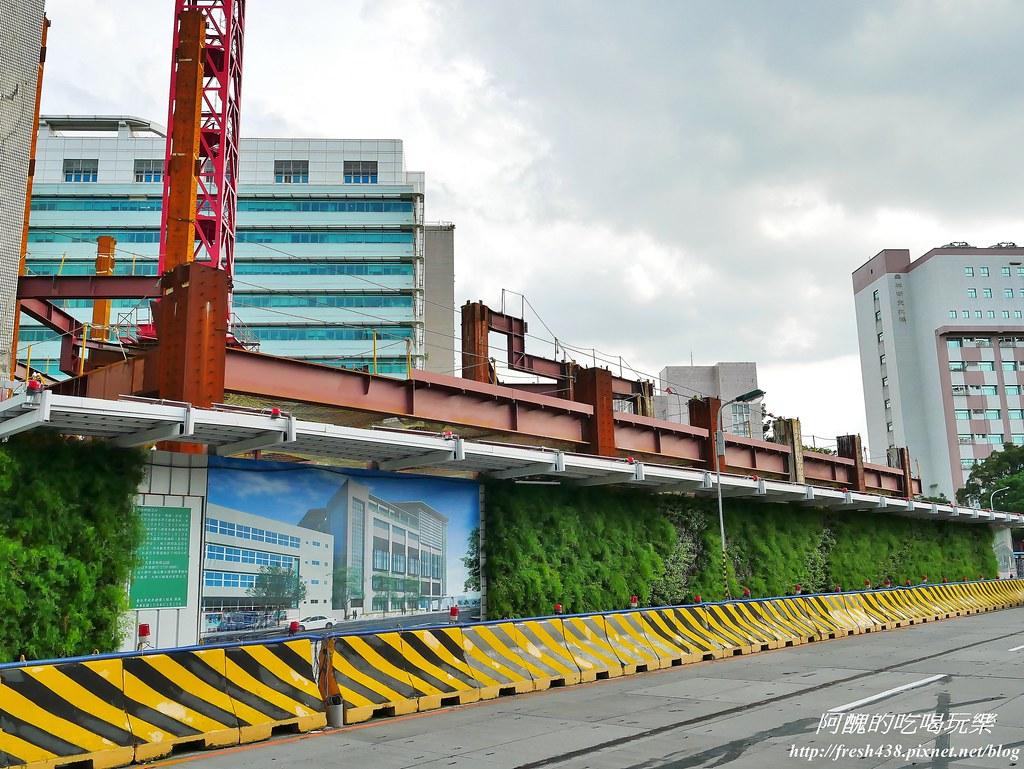 35正在興建的捷運站(植物園站)