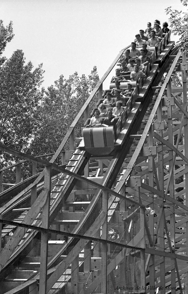 Au parc Belmont : dans les montagnes russes, en service de 1923 à 1983. Juillet 1953. VM105-Y-2_011-029. Archives de la Ville de Montréal.