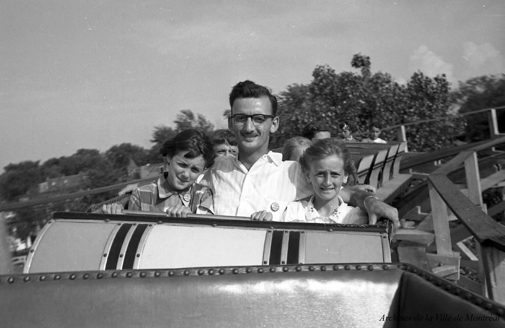 Au parc Belmont : dans les montagnes russes, en service de 1923 à 1983. Juillet 1953. VM105-Y-2_010-021. Archives de la Ville de Montréal.