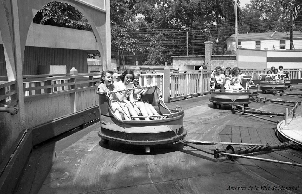Au parc Belmont : dans le manège Le Fouet. Juillet 1953. VM105-Y-2_011-001. Archives de la Ville de Montréal.