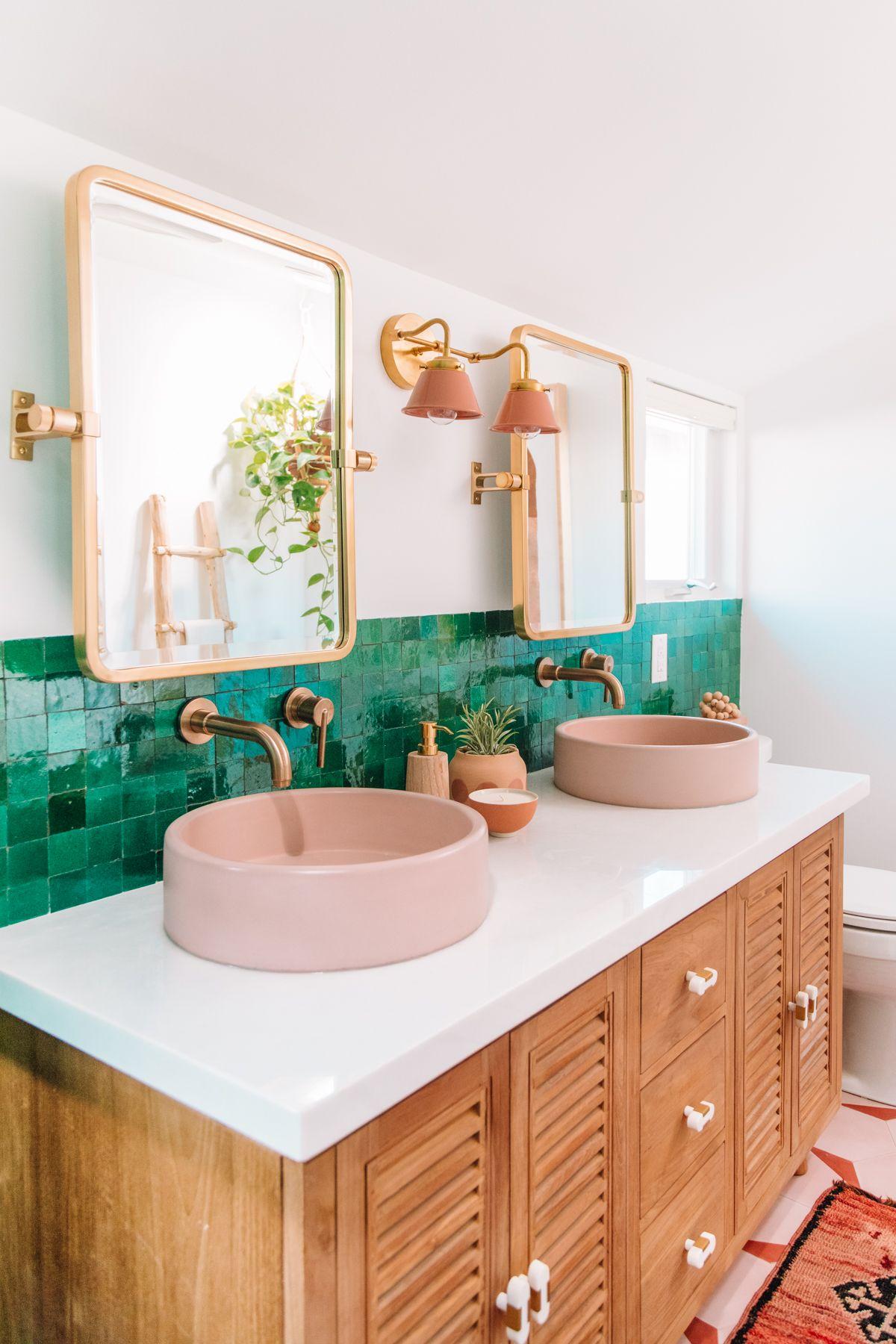 Baños en rosa y verde.