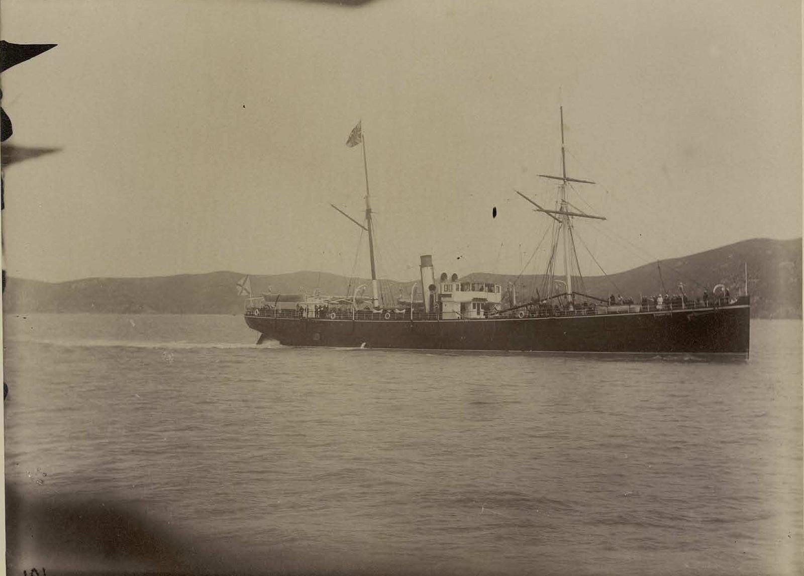 Пароход Добровольного флота Владивосток под флагом цесаревича идущий по портам Китая