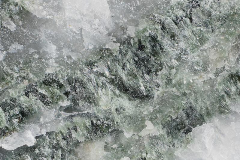フェロパンペリー石 / Pumpellyite-(Fe2+)