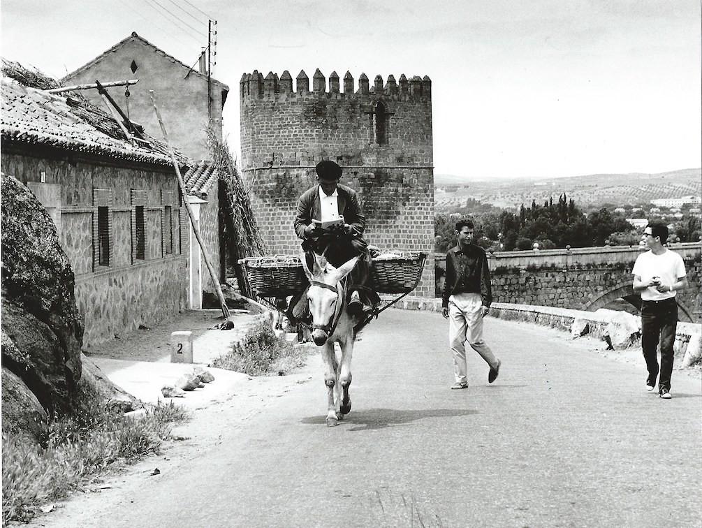 Un arriero lee el periódico en su burro junto al Puente de San Martín en Toledo en 1964. Fotografía de Anno Wilms © Stiftung Anno Wilms, Berlin