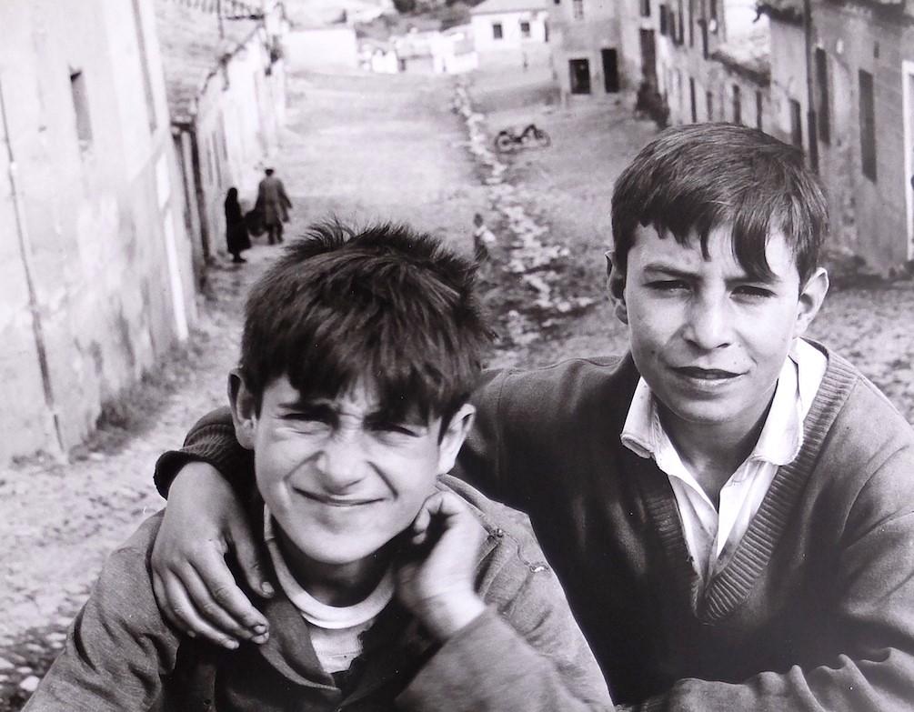 Dos amigos posan en la Calle Honda en Toledo en 1964. Fotografía de Anno Wilms © Stiftung Anno Wilms, Berlin