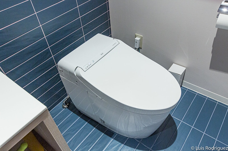 Banheiro moderno e lavatório no hotel Risonare Atami