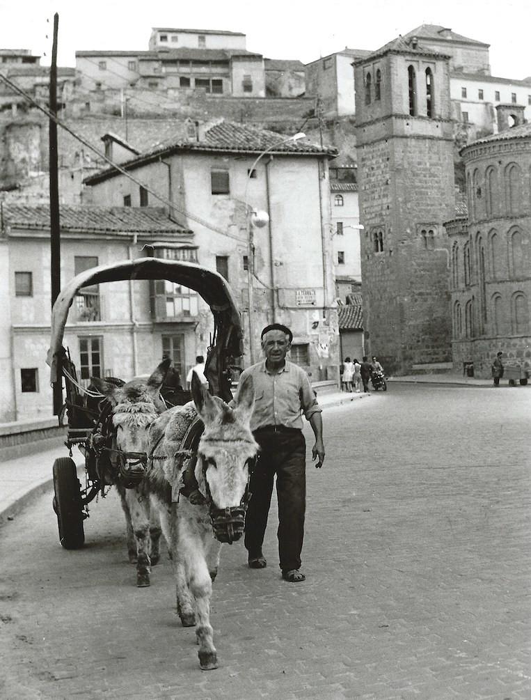 Un carro con un burro con Santiago del Arrabal al fondo en Toledo en 1964. Fotografía de Anno Wilms © Stiftung Anno Wilms, Berlin