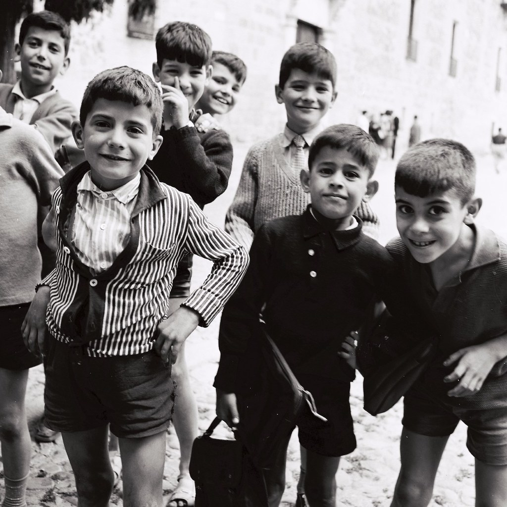 Niños del barrio de Santo Tomé en Toledo posan junto al Palacio de Fuensalida en 1964. Fotografía de Anno Wilms © Stiftung Anno Wilms, Berlin