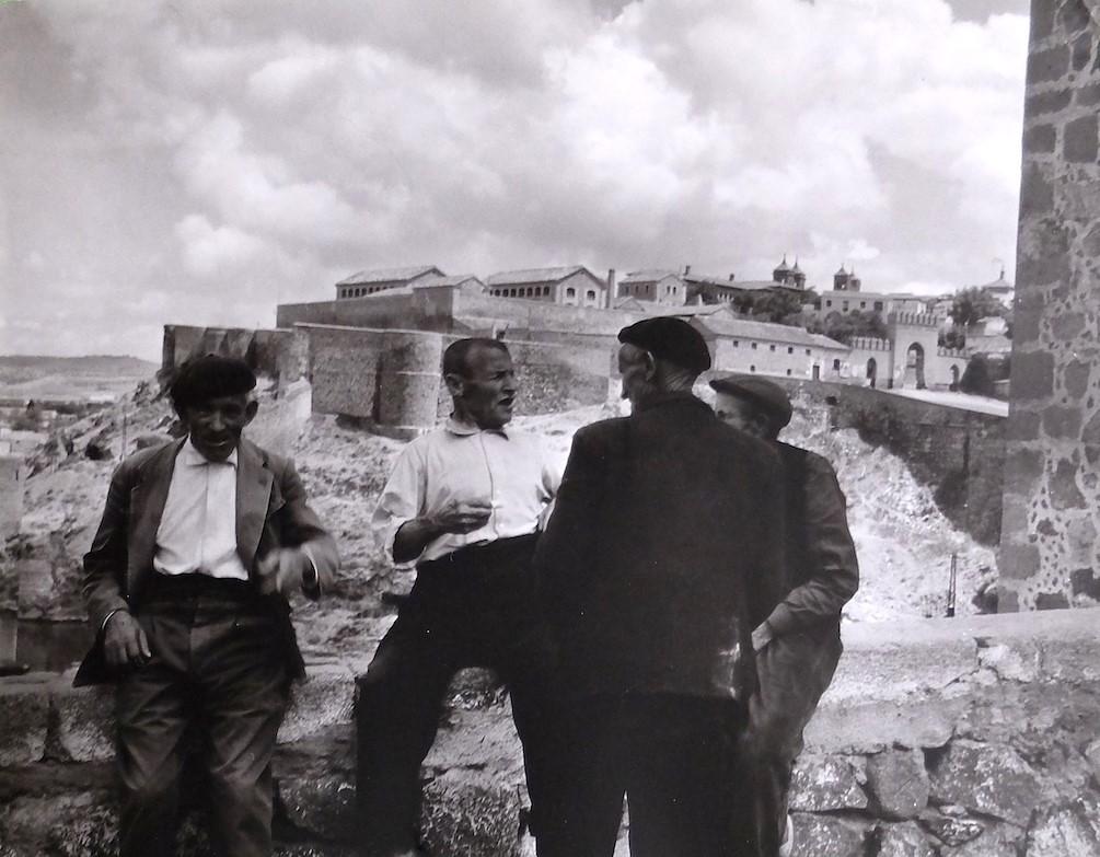 Unos hombres charlan junto al Puente de San Martín de Toledo en 1964. Fotografía de Anno Wilms © Stiftung Anno Wilms, Berlin