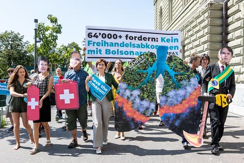 Petitionsübergabe 'Kein Schweizer Freihandelsabkommen mit Amazonas-Zerstörer Bolsonaro!'