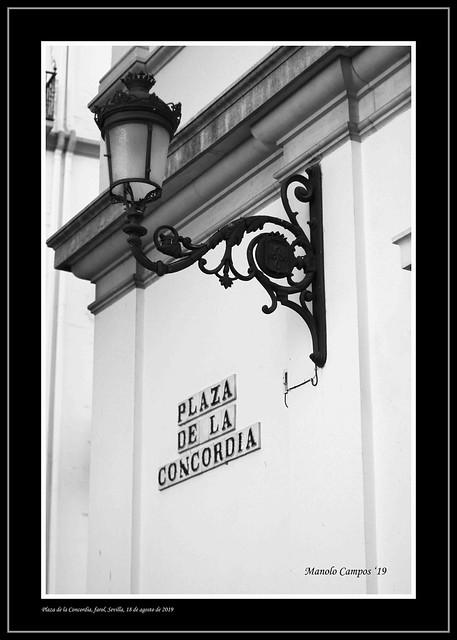 Farol en la Plaza de la Concordia, Sevilla.