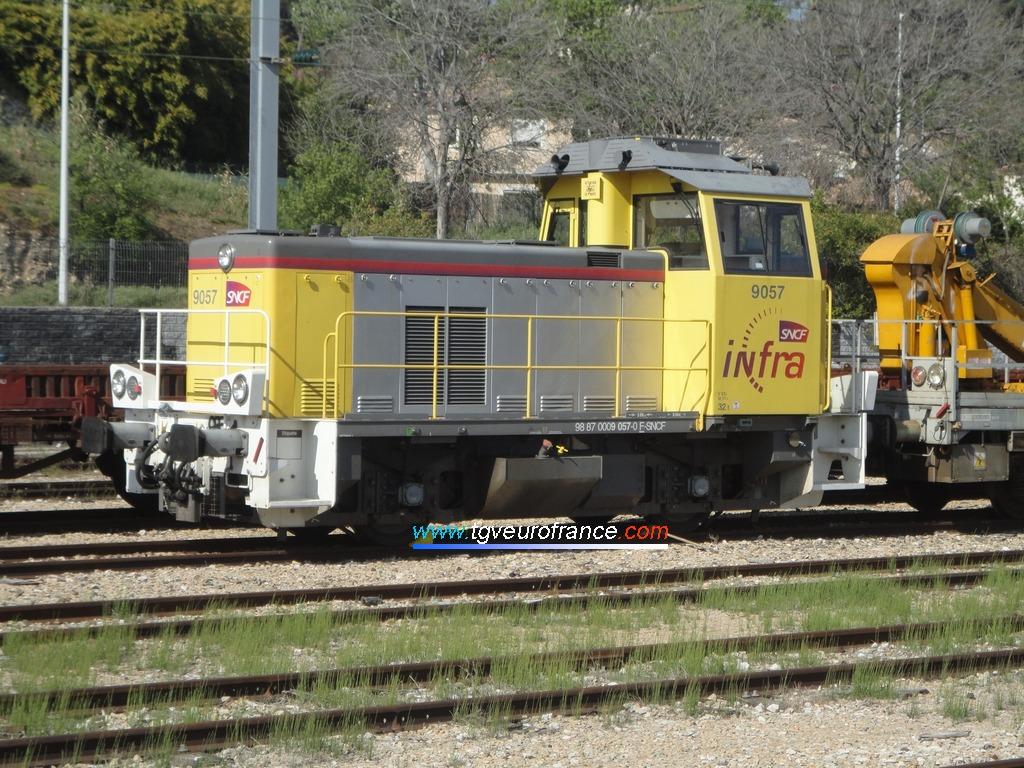 Un locotracteur Y9000 (le Y 9057 de SNCF Réseau en livrée Infra SNCF)