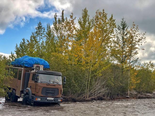 Camión 6x6 vadeando un río en Kamchatka (Rusia)