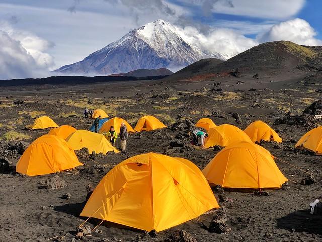 Campamento en uno de los campos de lava y ceniza pertenecientes al volcán Tolbachik (Kamchatka)