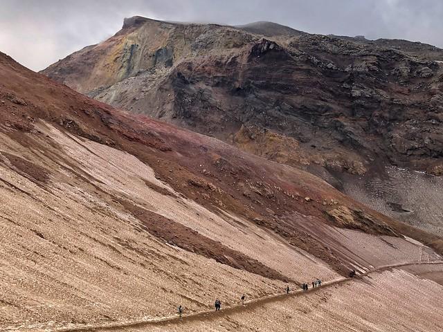 Caminando hacia la caldera del volcán Mutnovsky (Kamchatka)