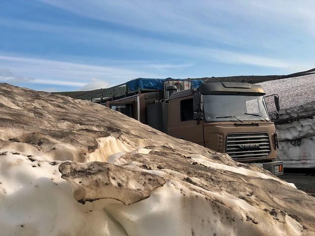 Bloques de hielo en el camino el volcán Mutnovsky en Kamchatka