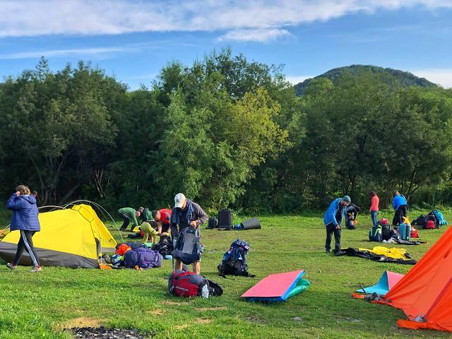 Montando el campamento en Paratunka (Kamchatka)