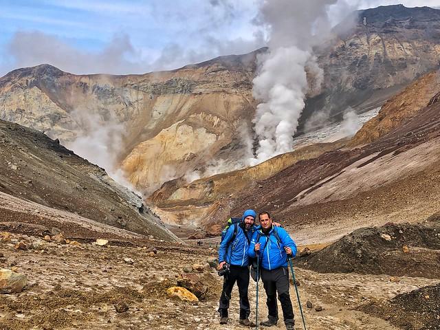 Sele y Roberto López (Pangea) en el volcán Mutnovski de Kamchatka