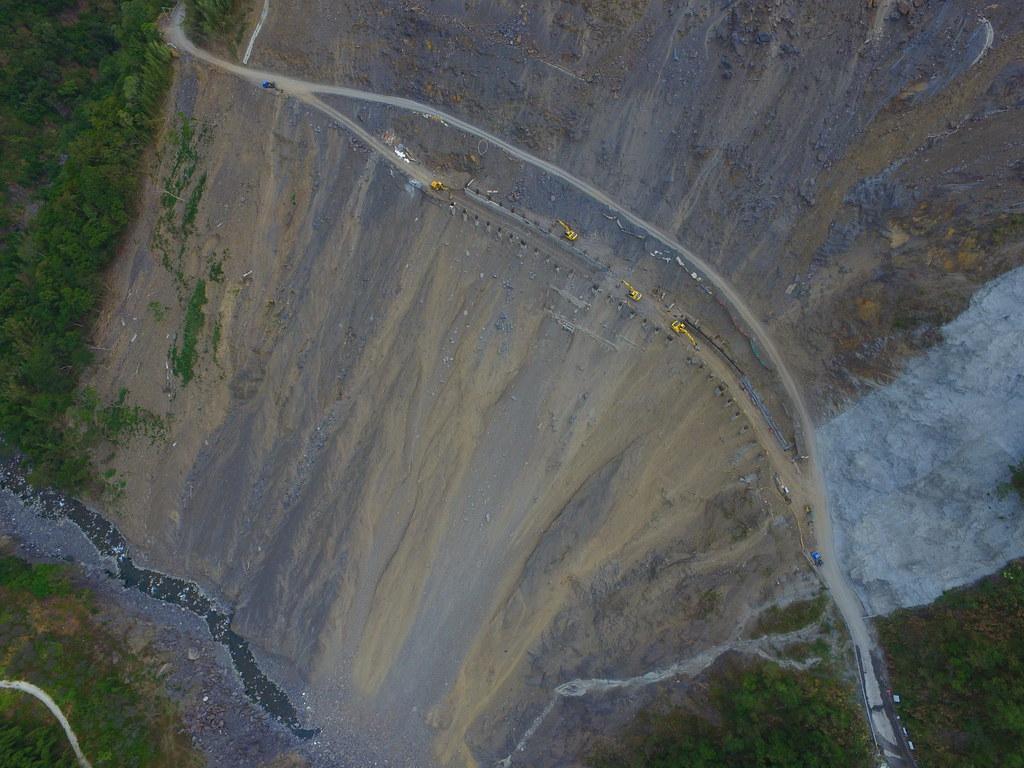 台灣的山地,是生態永續?還是工程永續?政府和國人要一起想想,圖為八八災後迄今未能完成修復的南橫公路西段梅山口附近崩塌地。攝影:傅志男 p.12~13
