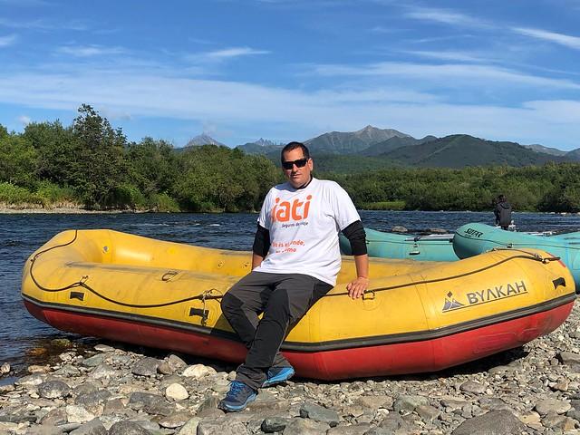 Sele en uno de los botes con los que se llevaría a cabo el rafting por el río Bystraya de Kamchatka (Rusia)